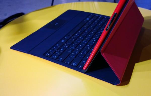 Power Keyboard asettaa tabletin magneetin ohjamana tiukasti tiettyyn kulmaan.