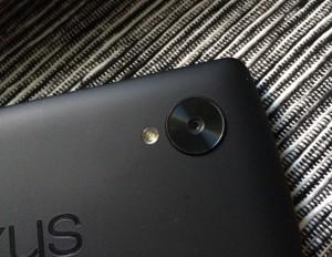Nexus 5:ssä on kahdeksan megapikselin kamera, joka on varustettu optisella kuvanvakaimella