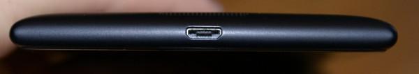 MicroUSB-portti löytyy laitteen alareunasta