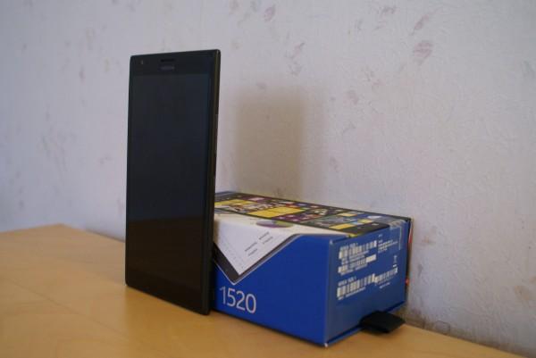 Nokia Lumia 1520 -älypuhelin sekä sen myyntipakkaus