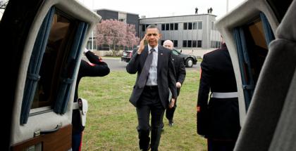 Barack Obama kantaa kuvassa toisen sukupolven iPadia