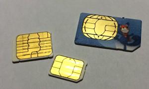 Vanha iso SIM-kortti, keskikokoinen micro-SIM sekä joukon pienin, nano-SIM