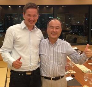 Supercellin yksi perustaja ja toimitusjohtaja Ilkka Paananen ja SoftBankin perustaja ja toimitusjohtaja Masayoshi Son juhlimassa alkuperäistä kauppaa.