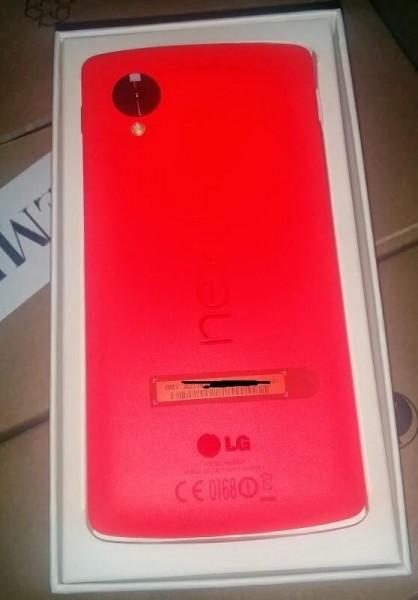 Vuotokuva Google Nexus 5:n punaisesta versiosta