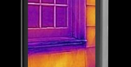 Flir Onen lämpökamerakuori kiinnitettynä iPhoneen