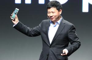 Huawei-pomo Richard Yu esittelemässä uutuuslaitetta CES-messuilla