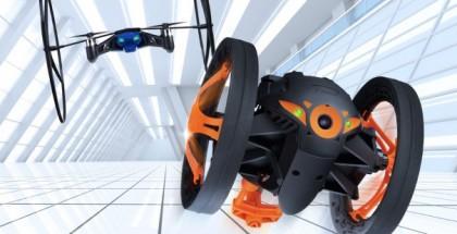 Etualalla Parrot Jumping Sumo - taustalla myös lisäpyörillä varustettu MiniDrone
