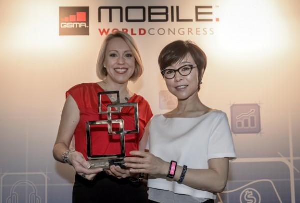 Samsungin mobiiliyksikön markkinointijohtaja Younghee Lee (oikealla) otti vastaan palkinnon