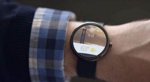 Kuvankaappaus Googlen Android Wear -esittelyvideolta konseptilaitteesta