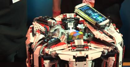 Galaxy S4 ja Cubestormer 3 ratkomassa Rubikin kuutiota