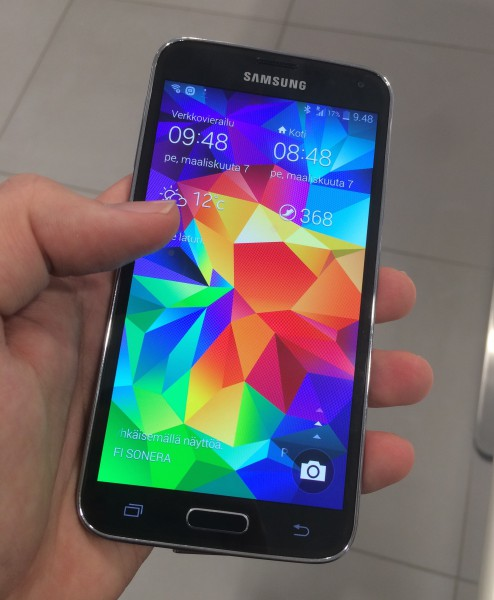 Samsung Galaxy S5:n näyttö on edelleen vakuuttava: Super AMOLED tekee väreistä eläviä ja rikkaita