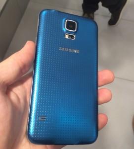 Galaxy S5:n takakuoressa Samsung käyttää nyt uutta pistemäistä tekstuuria - takaa löytyy myös kameran ohella kuvausvalon vierestä sykemittarin anturi
