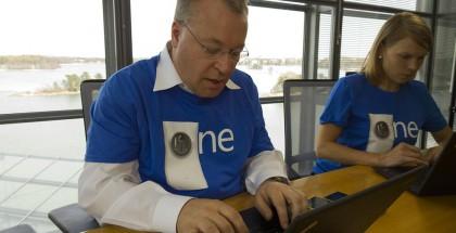 Stephen Elop vastaamassa kysymyksiin