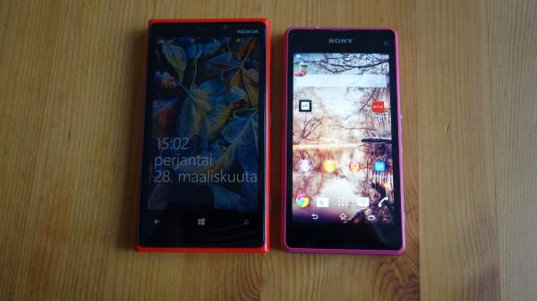 Oikealla Sony Xperia Z1 Compact ja vasemmalla 0,2 tuumaa suuremmalla näytöllä varustettu Nokia Lumia 920