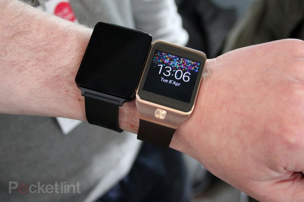 LG G Watch vasemmalla ja Samsungin Galaxy Gear 2 oikealla Pocket-Lintin kuvassa
