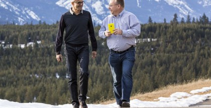 Nadella vastusti alun perin koko Nokia-kauppaa, mutta vielä tuolloin johdossa ollut Steve Ballmer ajoi sen väkisin läpi. Nadella oli jo johdossa, kun Elopin johtama Nokia-puhelintoiminta siirtyi Microsoftille. Elop sai kuitenkin lähteä hetken jälkeen, ja sittemmin Nadellan ajamat strategiapäätökset ovat merkanneet rajuja leikkauksia puhelimissa.