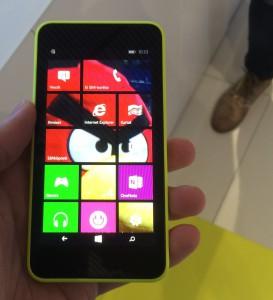 Uutta Windows Phone 8.1:ssä ovat muun muassa tapahtumaruutuihin tuleva taustakuva - tässä Angry Birds -lintu Lumia 630:ssä.