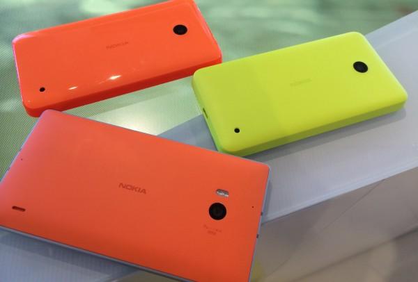 4G LTE -verkkoyhteyttä tukeva Lumia 635 on kiiltäväkuorinen vakiona, Kuvassa keltaisena esiintyvässä Lumia 630:ssä on mattapintaiset kuoret. Lisäksi alimpana oranssi Lumia 930.