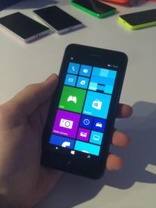 Tässä Lumia 630:ssä puolestaan on valittuna vain vanhaan tyyliin kaksi saraketta keskikokoisia tapahtumaruutuja. Pienemmillä näytöillä varustetuissa puhelimissa Windows Phone 8.1 antaa valita ruutujen paikkojen määrän asetuksista kahden vaihtoehdon väliltä.