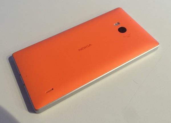 Lumia 930:n muotoilu on eleettömän tyylikästä - ja oranssi väri jälleen erottuu pirteästi joukosta