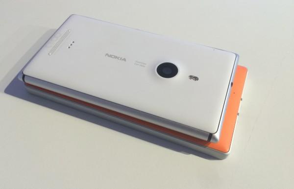 Lumia 930:ssä on kuvassa päällä olevaan Lumia 925:een nähden on puoli tuumaa kookkaampi ja tarkempi näyttö, parempi kamera ja integroitu langaton lataus. Lumia 930 on jonkin verran paksumpi, mutta muuten ei juurikaan isompi.