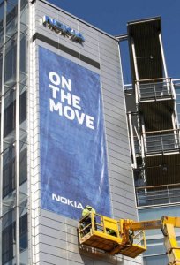 Microsoftille siirtyvien toimintojen käyttöön jäävän Keilanimen konttorin seinälle ripustettiin Nokian muutosta kertova lakana