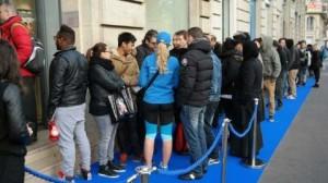 Samsung Galaxy S5 -jonottajia Pariisissa
