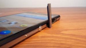 Xperia Z2:n oikeassa laidassa on äänenvoimakkuuden säätönäppäimet, virtanäppäin sekä luukun alta löytyy microSD-muistikorttipaikka. Myös kameranäppäin sijaitsee laitteen oikeassa laidassa.