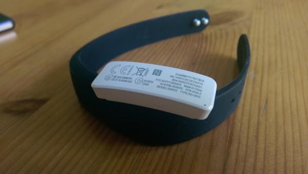 Sony Smartbandin sisäosa on irroitettavissa. Smartband ladataan avoimen microsUSB-liittimen kautta. Vaikka liitin on avoin, pitäisi sen kestää vettä.