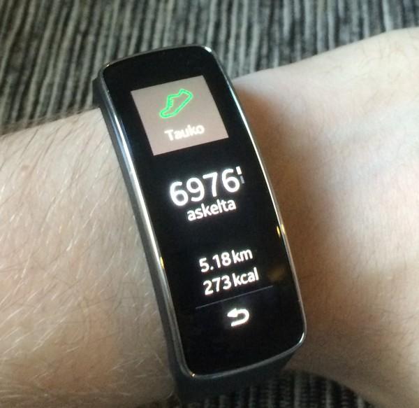 Askelmittari kertoo päivän askeleiden määrän, matkan ja kalorit