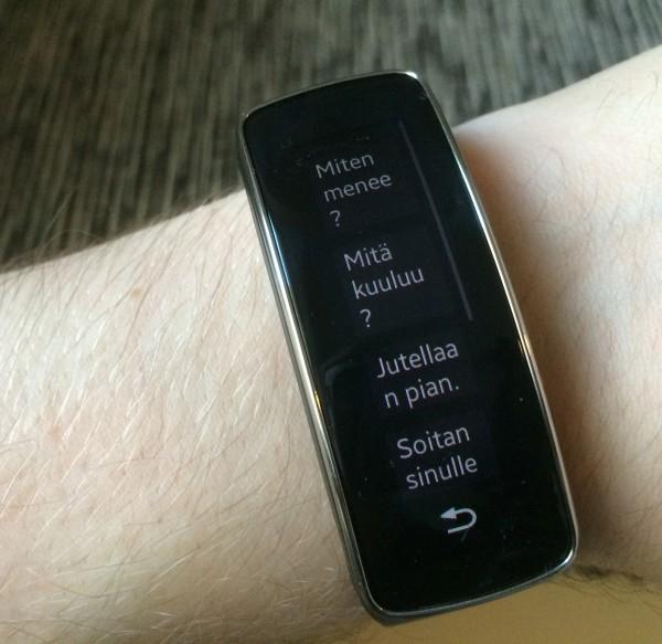 Gear Fit tarjoaa erilaisia pikaviestivaihtoehtoja, jotka voi lähettää suoraan kellosta vastauksena