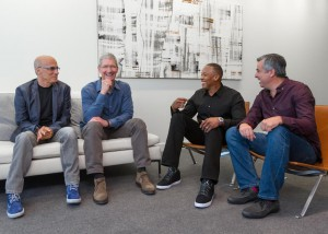 Jimmy Iovine, Tim Cook, Dr. Dre ja Eddy Cue