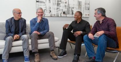 Jimmy Iovine, Tim Cook, Dr. Dre ja Eddy Cue.