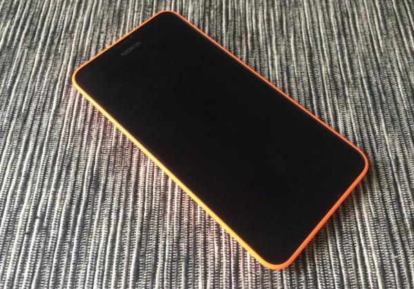 Lumia 630 on Nokia-logoa lukuun ottamatta täysin musta etupuoletaan näytön ollessa sammutettuna
