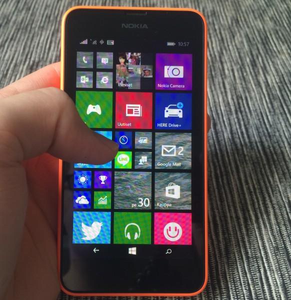 Lumia 630:tä on hyvä käyttää: puhelin istuu käteen ja näyttö ei ole liian pieni tai liian suuri