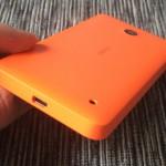 Micro-USB-liitin pohjassa