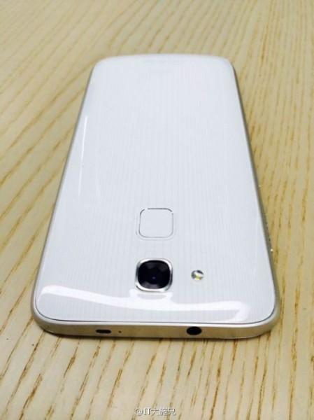 Kameran alapuolelta saattaisi löytyä sormenjälkitunnistin HTC One Maxin tavoin