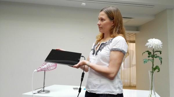 Surface Pro 3 esittelijän käsissä