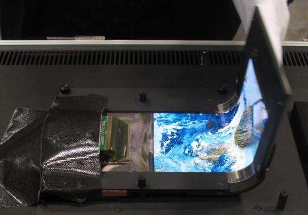 Kirjan tavoin taipuvan OLED-näytön esittely SID 2014 -messuilla