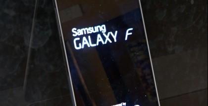 Samsung Galaxy F aloitusruutuineen vuotokuvassa