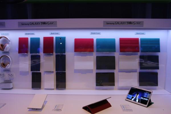 Samsungin kuorivärivalikoimaa uutuuksille - tarjolle tulevat Simple Cover ja taittuva Book Cover. Kuva: Lasse Pulkkinen