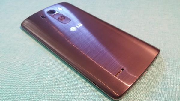 LG G3:n takakansi on irroitettavissa ja se näyttää täysin harjatulta alumiinilta - mitä se ei todellisuudessa ole