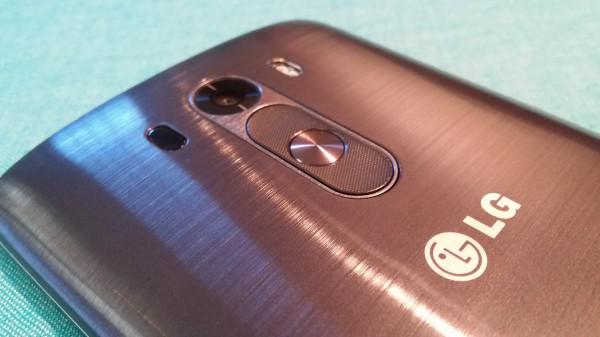 LG G3:n fyysiset näppäimet sijaitsevat kameran alapuolelta. Kameran viereltä löytyy myös tupla-LED-kuvausvalo sekä lasertarkennin