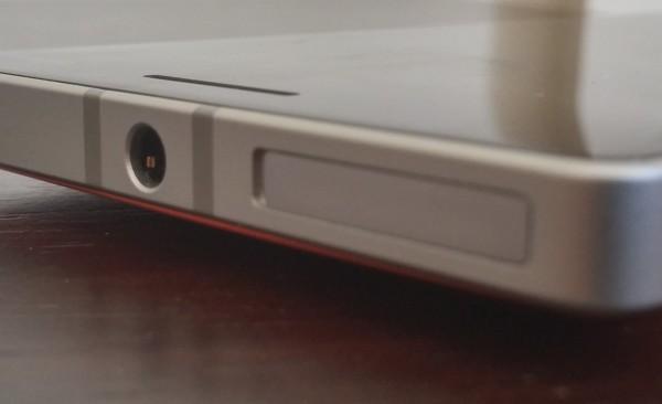 Ylälaidassa taasen sijaitsee kuulokeliitin sekä nano-SIM-korttipaikan kelkka