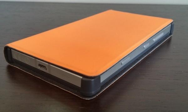 Nokian Flip Cover -tyyppinen suojakuori on yhtä räikeän oranssi kuin itse puhelinkin - ainakin puhelimen huomaa vai mitä?