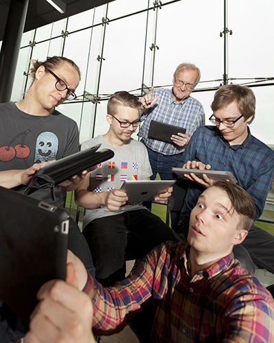 Osa iPad-orkesteria ja ryhmän opettaja Otto Romanowski