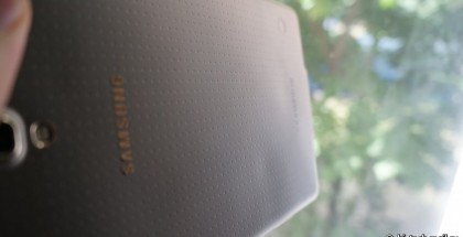 Kuumentuneen Samsung Galaxy Tab S 8.4:n vääntynyt takakansi