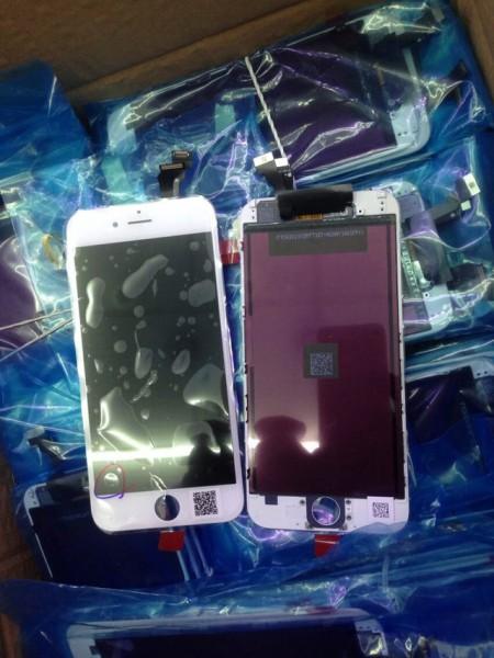 Vuotokuvassa väitteen mukaan 4,7-tuumaisen iPhonen 6:n sekä 5,5-tuumaisen iPhone 6L:n etupaneelit