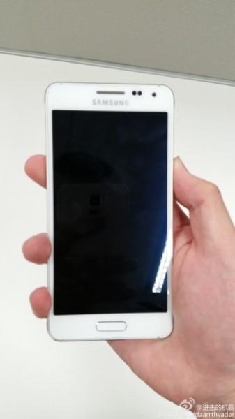 Vuotokuvassa valkoinen Samsung Galaxy Alpha