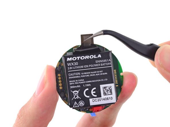 Moto 360:n akku näyttäisi olevan kapasiteetiltaan 300 mAh, vaikka valmistaja ilmoittaa 320 mAh